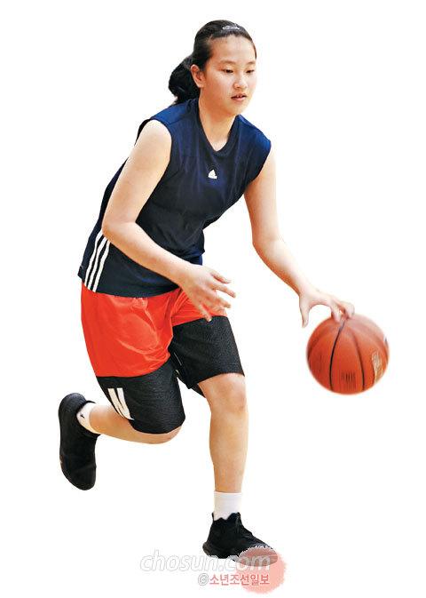 정현 선수가 농구 연습을 하고 있다.