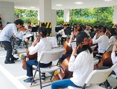 등교 시간에 친구들 앞에서 공연을 펼치는 대도초 오케스트라 단원들.