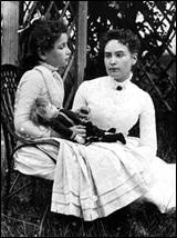 헬렌 켈러(왼쪽)와 그녀의 스승 앤 설리번.