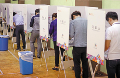 6·13 지방선거 사전투표 첫날인 8일 시민들이 종로구청 사전투표소에서 투표를 하고 있다./연합뉴스