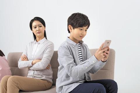 아동·청소년 스마트폰 사용, 부모 따라간다