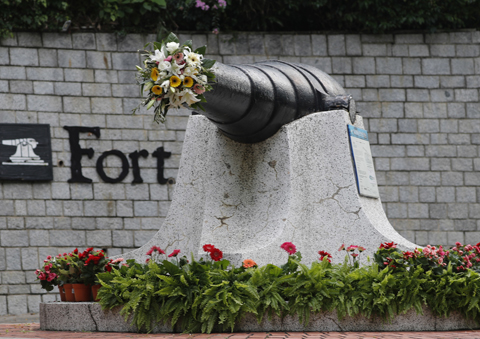 꽃이 꽂힌 센토사 섬의 대포./AP 연합뉴스