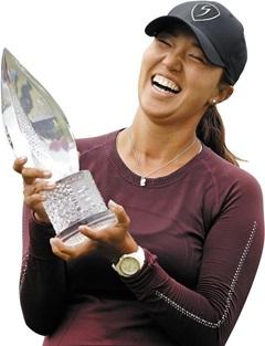11일 LPGA 투어 숍라이트 클래식에서 우승한 애니 박이 트로피를 들고 활짝 웃고 있다.