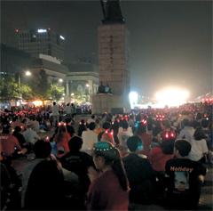 광화문광장에서 열띤 응원을 펼치는 시민들.