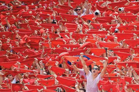 6일 팜플로나 시청 광장에 모인 주민과 관광객이 빨간 손수건을 들며 산 페르민 축제의 시작을 알리고 있다.