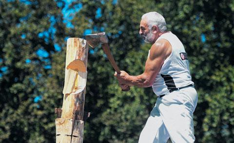 장작 패기 대회에 참가한 노인.