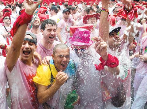 축제 기간, 축복을 기원하는 의미로 서로에게 물을 뿌리는 사람들.