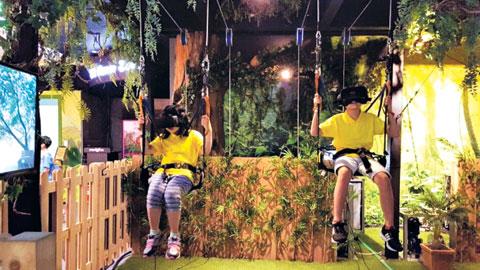 서울 염동초 학생들이 VR 체험을 하고 있다.
