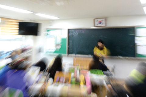 대학수학능력시험을 100일 앞둔 지난 7일 전북 전주 양현고등학교 3학년 교실 칠판에 'D-100'이라는 글씨가 적혔다.