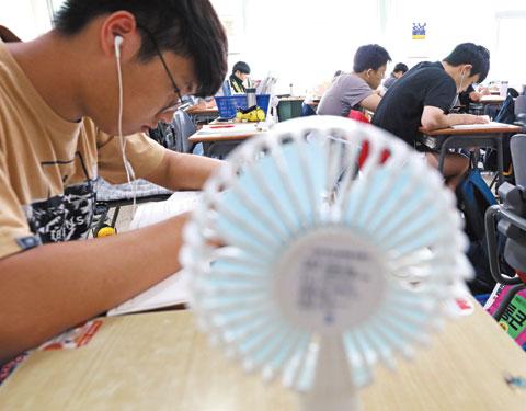 불볕더위에도 공부에 집중하는 충남 공주 한일고 3학년 학생들.