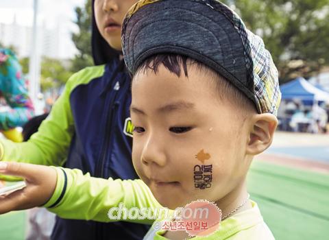 얼굴에 무료 페인스페인팅을 받는 어린이.