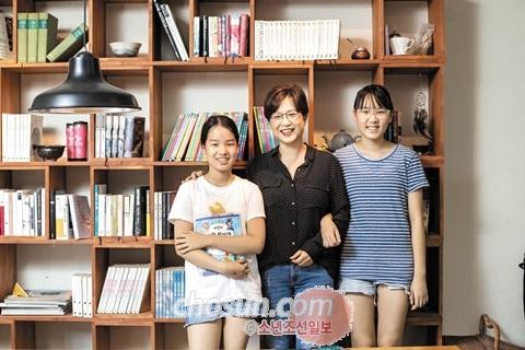 고희정(가운데) '어린이 과학 형사대 CSI' 작가와 어린이조선일보 명예기자인 김희선(왼쪽)·김정서 양.