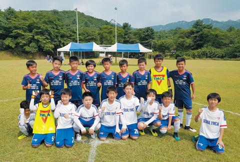 'YMCA 키즈 월드컵'에 참가한 한국팀(서울)과 홍콩팀.