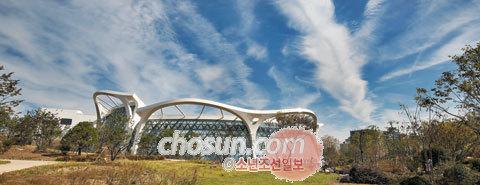 지난 8일 방문한 서울 강서구 서울식물원. 주제정원과 온실(가운데 건물)이 보인다.