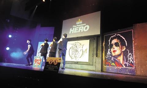 구세군 아트홀에서 진행된 페인터즈 히어로 공연. 배우들이 관객과의 포토타임을 위해 무대에 다시 올랐다.