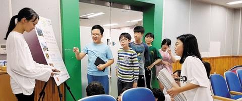 여행박람회에서 전주에 대해 설명하는 학생들의 모습.
