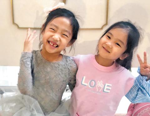 단짝 친구인 류한율(5·왼쪽) 양과 박주하(5) 양.