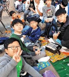 서울 대도초 6학년 학생들이 점심 도시락을 먹고 있다.