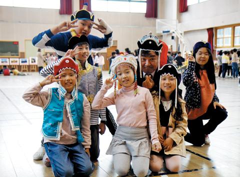 지난달 23일 진행된 '다문화 세계여행' 프로그램에 참여한 김대혁(왼쪽에서 다섯째) 교장과 학생들.