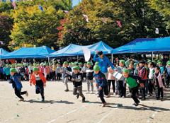 '느티나리 대운동회'에 참여한 서울 명덕초 학생들이 달리기 시합을 하고 있다.