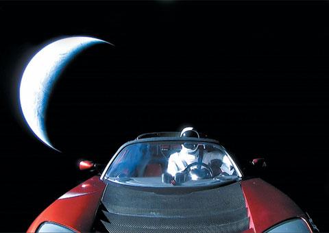 새하얀 우주복을 입은 마네킹이 지구를 뒤로 한 채 여유를 즐기고 있다. '스타맨(Starman)'이라는 근사한 이름을 가진 이 마네킹은 일론 머스크 스페이스 X 최고경영자(CEO)가 타던 자동차 로드스터의 운전석에 앉아 우주를 여행 중이다.
