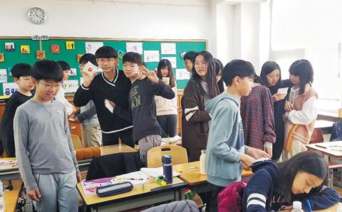 편지를 주고받으며 즐거워하는 대도초 학생들.