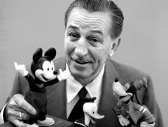 월트 디즈니가 디즈니를 대표하는 캐릭터인 미키마우스를 들고 미소 짓고 있다. /키즈쿤스트