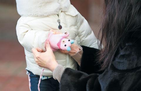 올겨울 들어 가장 추웠던 5일 오전 한 시민이 자녀에게 장갑을 끼워주고 있다.