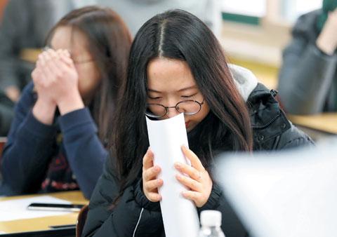 2019학년도 대학수학능력시험 성적표가 배부된 5일 서울 여의도여자고등학교에서 한 학생이 자신의 성적을 확인하고 있다.