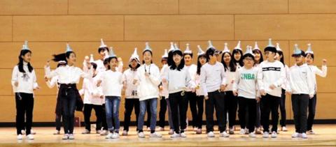 무대에서 공연하는 학생들의 모습.