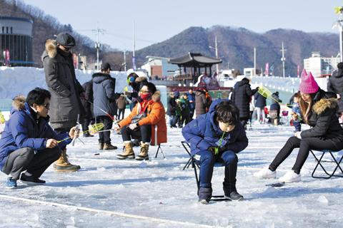 산천어 축제가 열리고 있는 강원 화천의 지난 8일 모습. 어른 아이 할 것 없이 산천어 잡기에 열을 올리고 있다.