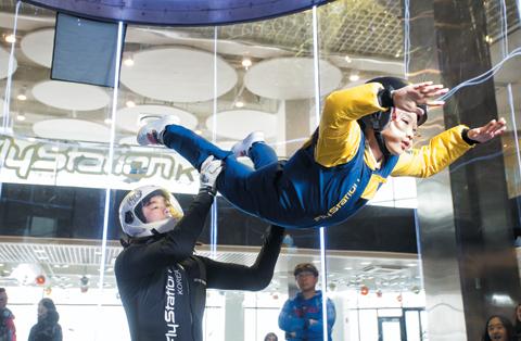 한주희(오른쪽) 양이 '만점짜리' 자세로 실내 스카이다이빙 체험을 하고 있다. / 이신영 기자