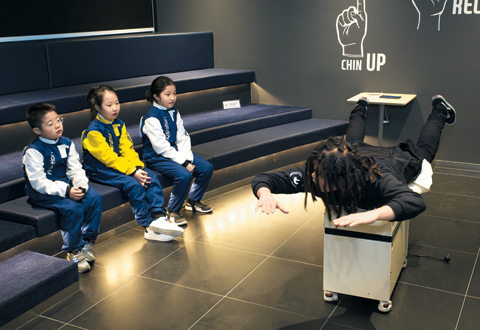 정민식(오른쪽) 코치가 명예기자들에게 기본자세를 알려주고 있다.