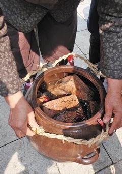 메주에 소금물과 고추, 대추 등 각종 재료를 넣어 담근 장.