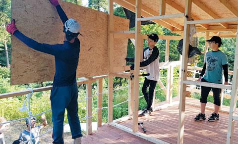 전남 해남 '고라니와 아이들의 호박학교' 친구들이 트리 하우스를 만들고 있다.