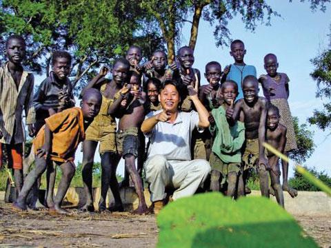 이태석(1962~2010) 신부와 남수단 톤즈의 어린이들. 이 신부는 톤즈의 유일한 마을 의사이자 교육자, 음악가였다. 남수단은 이 신부를 '영웅'으로 기억한다.
