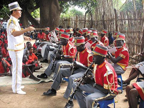 이 신부는 톤즈의 아이들을 모아 35인조 브라스 밴드를 결성했다. 아이들은 이 신부로부터 트럼펫·플루트 등의 악기를 배우며 마음의 상처를 치유해 나갔다.