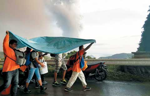 필리핀 따알 화산 폭발… 주민·관광객 8000여 명 대피