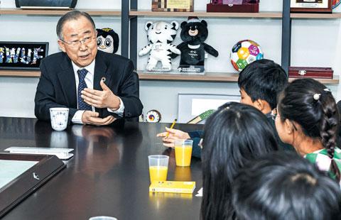 """""""유엔에서 일할 때 가장 보람 있었던 게 지속가능한 발전을 위한 17개 목표를 제시한 거야."""" 반 전 총장은 """"지금 내가 입은 옷에 달린 배지의 다양한 색깔이 17개 목표를 뜻한다""""고 설명했다."""