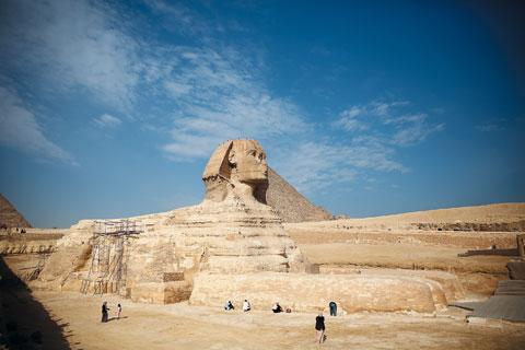 이집트의 상징으로 꼽히는 스핑크스. 얼굴은 여성, 몸은 사자의 모습으로 각각 인간의 지혜와 사자의 용맹성을 뜻한다. 높이 20m의 이 석상은 코가 부서져 있는데, 이에 관해선 이집트가 오스만투르크의 지배를 받던 16세기에 이집트인들이 스핑크스 코를 과녁 삼아 사격 연습을 했기 때문이라는 설 등이 있다.