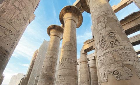 카르나크 신전의 열주식 홀에는 최고 높이가 23m나 되는 기둥 134개가 들어차 장엄한 분위기가 난다.