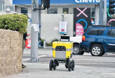 24일(현지 시각) 미국 캘리포니아주(州) 로스앤젤레스의 한산한 거리를 네 바퀴가 달린 노란 로봇이 분주하게 누비고 있다.