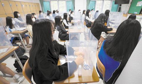 20일 오전 대전전민고등학교 3학년 교실 책상에는 투명 가림막이 설치됐다. 대화 도중 침이 튀는 걸 막는 장치다.