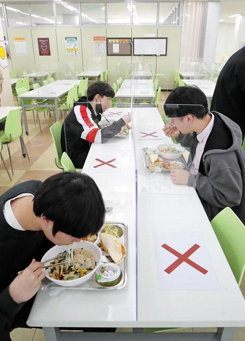 코로나 사태 속에 진행된 등교 개학은 낯선 학교 풍경을 만들었다. 평소 같았으면 시끌벅적했을 점심시간도 예외는 아니었다. 코로나19 확산 방지를 위해 학생들은 급식실에서도 '거리 두기'를 유지했다. 20일 서울의 한 고등학교 급식실에서 학생들이 서로 일정한 간격을 두고 식사하고 있다.