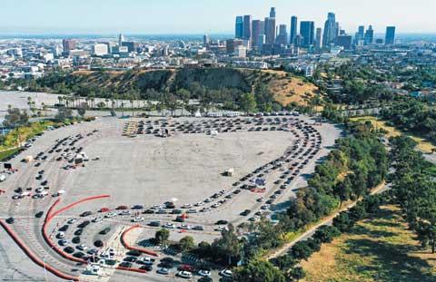 지난 26일 미국 LA 다저스 스타디움 주차장에 '드라이브 스루' 코로나19 검사를 받기 위해 기다리는 차들이 긴 줄을 이루고 있다.