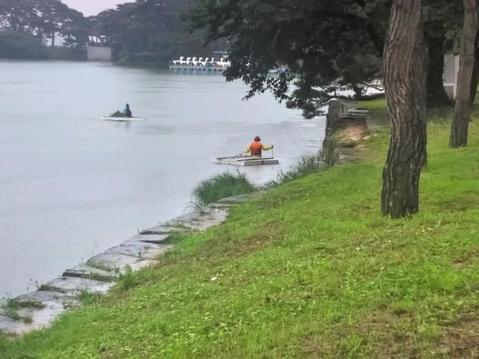 지난 8일 한강뿐 아니라 충북 제천 의림지에서도 물에 떠내려온 쓰레기를 건져내는 작업이 한창이다.