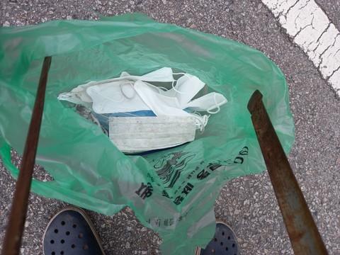 집과 학교 주변에서 땅에 버려진 마스크들을 주웠다.
