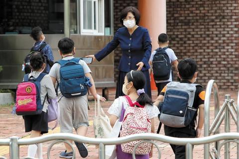 14일 부분 등교 수업이 재개된 광주광역시의 초등학교에서 교장 선생님이 학생들을 맞이하고 있다. /연합뉴스