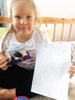 반려묘 '틴틴'에게 보내는 편지를 든 네바에 로우(5). 틴틴은 올해 초 '무지개 다리'를 건넜다. /미러 홈페이지 화면