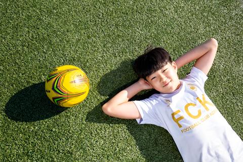지난 11일 만난 구본서 군은 인터뷰가 끝나자 재빨리 축구화로 갈아신었다. 잔디밭 위를 달리며 공을 찰 땐 그 어느 때보다 환한 미소를 보였다. /남양주=김종연 기자